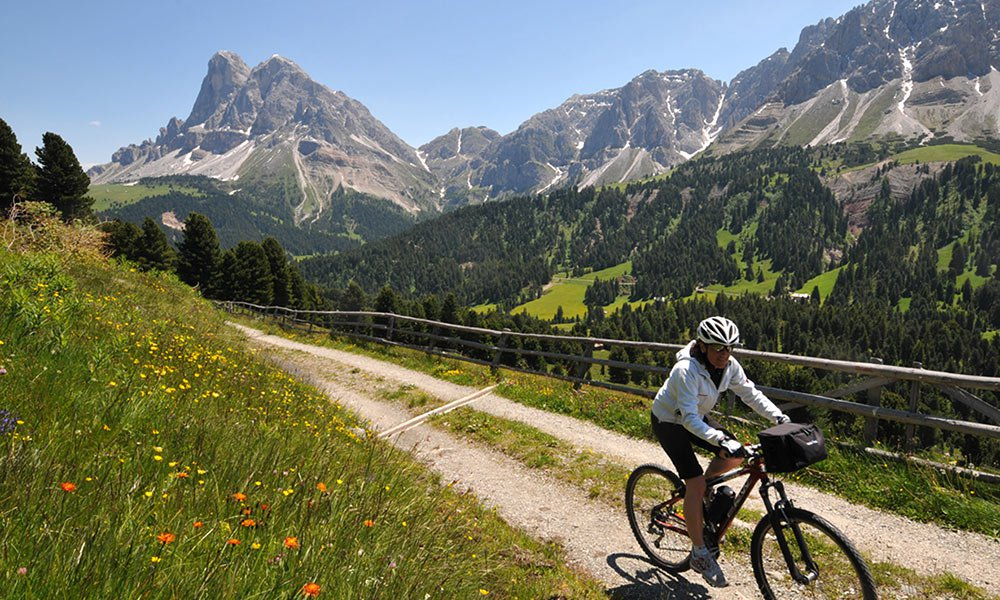 Mountainbiken vor einem überwältigenden Bergpanorama